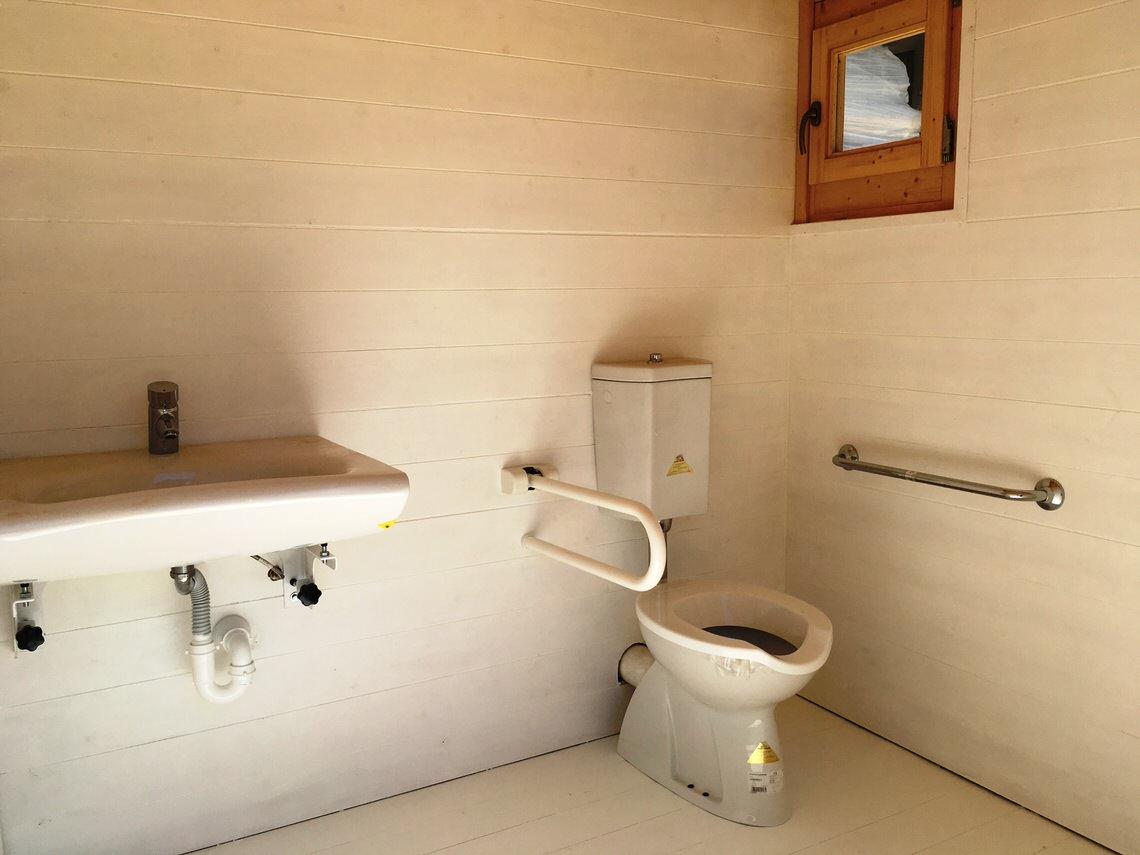 bagno disabiloi in legno interno smaltato