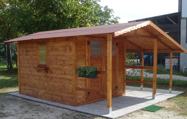Casetta di legno con veranda anteriore e tettoia