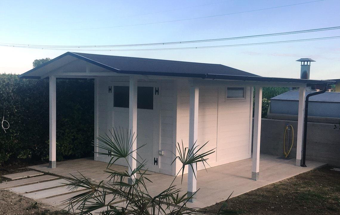 casetta per attrezzi con veranda e tettoia bianca krea