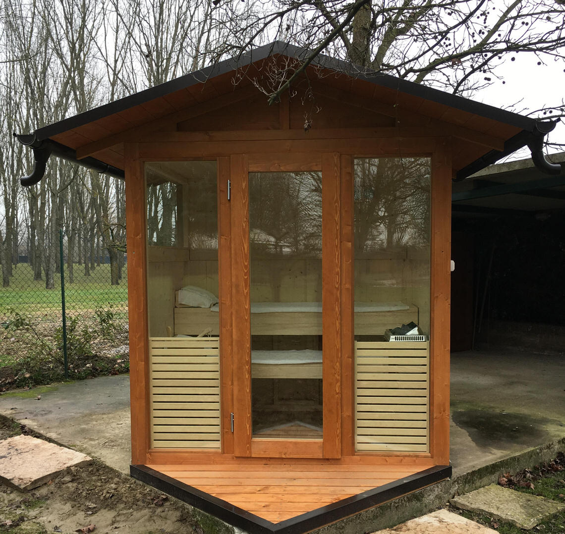 sauna da esterno con tetto a due falde
